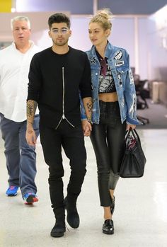 Gigi Hadid & Zayn Malik Jet Out of New York After Fashon Week!: Photo Gigi Hadid and Zayn Malik rock similar outfits while arriving at John F. Kennedy Airport on Thursday night (September in New York City. The model… Looks Gigi Hadid, Gigi Hadid Style, Zayn Malik Style, Zayn Malik Pics, Gigi Hadid And Zayn Malik, Celebridades Fashion, Gigi Hadid Outfits, Outfits Hombre, Fashion Couple