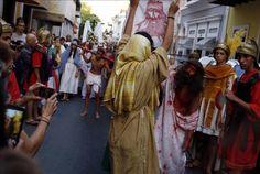 Cientos de católicos recorren calles Viejo San Juan en procesión Vía Crucis