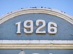 Cacería Tipográfica N° 279: Año de construcción 1926 en lo más alto de edificación de la calle Mercaderes, Centro Histórico de Arequipa.