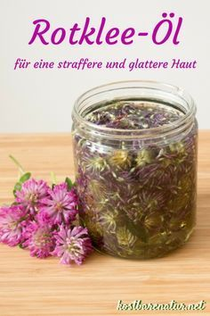 Rotkleeöl selber machen - für eine straffere und glattere Haut Red clover is more than a forage plant. For a firm and smooth skin with fewer wrinkles helps you an oil extract from the flowers. Beauty Care, Beauty Skin, Beauty Tips, Beauty Hacks, Clover Oil, Goji, Diy Beauté, Rides Front, Prevent Wrinkles