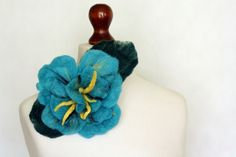 Broszka z wełny czesankowej- turkusowy kwiat II