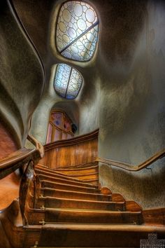 Antoni Gaudi staircase, Barcelona, Spain This Art Nouveau staircase shows its been influenced by nature in the rock like, appearance of the walls. Art Nouveau, Art Deco, Architecture Design, Beautiful Architecture, Organic Architecture, Staircase Architecture, House Staircase, Wood Staircase, Spanish Architecture