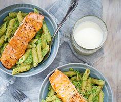 Njut av en och lättlagad måltid med lax och krämig broccolipasta. Ett gott vardagsrecept till hela familjen. Det krämiga i pastan får du genom att mixa mjölk, grädde och broccoli till en smakfull puré. Pastan vänds sedan ner i purén innan det är dags att servera tillsammans med den stekta laxen.
