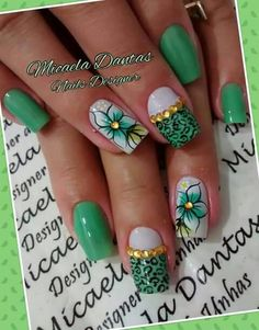Unha diferente de Micaela Dantas. Different nail. Uña diferente. Unghie different. Claire's Nails, Wow Nails, Acrylic Nails, Layered Bobs, Glittery Nails, Manicure Y Pedicure, Nail Art Hacks, Flower Nails, Ring Finger