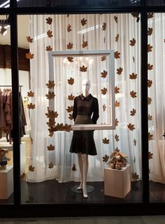 Vitrine Bellatrix - Como fazer uma vitrine simples e bonita - Vitrine Perfeita Autumn Window Display Retail, Fashion Window Display, Window Display Design, Autumn Display, Boutique Window Displays, Store Window Displays, Clothing Store Interior, Clothing Store Displays, Boutique Decor