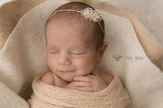 Frágil y dulce... Tierna y llenita de luz. Es esa estrellita que cada día ilumina su vida y le regala una razón para sonreír. Hace olvidar sus problemas y dibuja la ilusión en su rostro. Completa sus días y llena su alma...  #sesion #sesiondefotos #reciennacido #bebes #nacimientos #madres #familias #newborn #newbornphotography #moments #magic #love #amor #momentos #fotografia #patimatosfotografia #uruguay