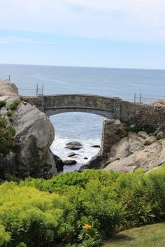 Archway that is part of the famed cliff walk that rings part of Newport RI. A view towards the Atlantic Ocean from the grounds of the late Dorris Duke's Rough Point estate. Great Places, Places To See, Beautiful Places, Travel Sights, Travel Usa, Ouvrages D'art, Boston Vacation, Narragansett Bay, Newport Rhode Island