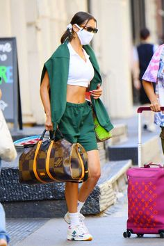 bella hadid tênis new balance 550 Nike Air Force, Nike Air Jordan, Bella Hadid News, Bella Hadid Style, New Balance, Sporty Look, Sporty Style, Converse All Star, Adidas Superstar