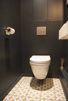 A real sober and chic cabinet, with dark walls and floor covered with BAHYA cement tiles and t. White Bathroom Tiles, Bathroom Plants, Bathroom Toilets, Small Bathroom, Toilette Design, Toilet Room, Downstairs Toilet, Small Toilet, Interior Desing
