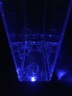 Jura Z6 in het donker met amberkleurige kopjesverlichting en blauw ...