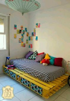 Recycled-pallet-bed-frames-projects-homesthetics What do you think about the idea of using pallet wood as a base for your bed? Get inspired by the best recycled pallet bed frames now with our collection! Wooden Pallet Beds, Pallet Bed Frames, Diy Pallet Bed, Diy Bed Frame, Pallet Furniture, Furniture Projects, Bedroom Furniture, Bedroom Decor, Pallet Daybed