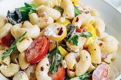 Esta sopa de coditos mediterráneos es como una ensalada griega con la suavidad y frescura de la pasta