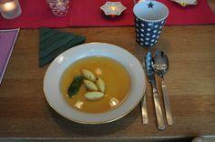 Die Suppe auf dem festlich geschückten Tisch. Man beachte die Weihnachtsbaum-Serviette.