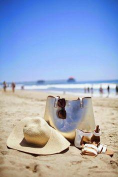 un chapeau en paille, un sac de plage, belle vue sur la plage