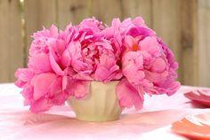 Tolle Idee: Schöne #pinke #Blumen in eine tiefe Schale legen. Als #Herzstück des Tisches