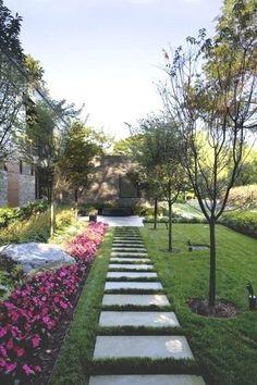 L'allée de jardin traditionnelle en dalles de béton et gazon