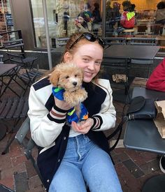 Sadie and dogs make my heart go: 💕💞💗💓💖💘💝 Stranger Things Actors, Stranger Things Aesthetic, Stranger Things Netflix, Sadie Sink, Millie Bobby Brown, Season 3, Celebrity Crush, Actors & Actresses, My Girl