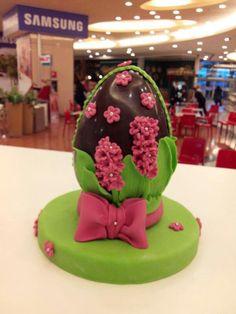 Uovo di cioccolato decorato in pasta di zucchero - Cake Design Ladispoli