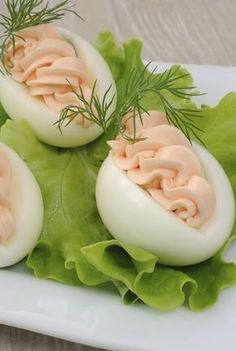 Holidays Recipes Stuffing eggs like a pro: 5 delicious fillings, … Food Buffet, Party Buffet, Food Platters, Easter Recipes, Appetizer Recipes, Plats Ramadan, Food Decoration, Polish Recipes, Appetisers