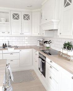 Light wood kitchen backsplash back splashes 22 Ideas Ikea Kitchen, Home Decor Kitchen, Interior Design Kitchen, Home Kitchens, Kitchen Wood, Kitchen Paint, Light Wood Kitchens, Kitchen Backsplash, Vintage Kitchen