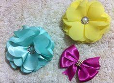 Flores, temos opções na faixa, tiara ou no bico de pato.