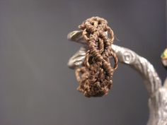 Brown macramé ring / Bague en macramé marron