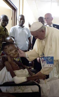 Avant de quitter la Centrafrique, dernière étape de sa tournée en Afrique, le pape François a rendu visite aux patients de l'hôpital pédiatrique de la capitale Bangui. Les photos de cet événement organisé dimanche ont été dévoilées le lendemain par l'Osservatore Romano, le quotidien créé par le service officiel d'information du Vatican.