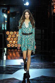 Zum französischen Rock Chic von Zadig & Voltaire gehören auch flatternde Kleidchen mit kleinen Prints, die in der gesamten Kollektion immer wieder, zum Beispiel als Westen, auftauchen. Als Stilbruch braucht es dann aber doch Boots und breite Gürtel.