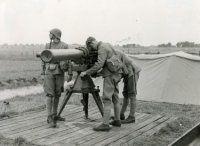 Een afstand-/hoogtemeter met drie militairen die de bediening van het toestel vo…