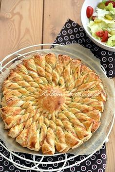 Słońce z ciasta francuskiego z serkiem i łososiem New Years Eve Snacks, Quiches, Homemade Pastries, Breakfast Lunch Dinner, Savoury Cake, Seafood Dishes, Tasty Dishes, Finger Foods, Appetizer Recipes
