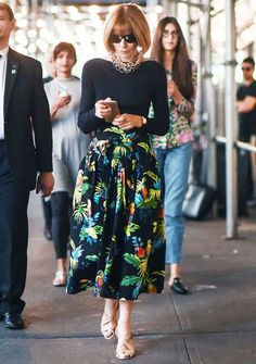 Manolo Blahnik: Anna Wintour wearing custom-made slingback sandals Manolo Blahnik Schuhe, Anna Wintour Style, Quoi Porter, Fashion Over, Fashion Tips, Fashion Weeks, London Fashion, Inspiration Mode, Mom Style