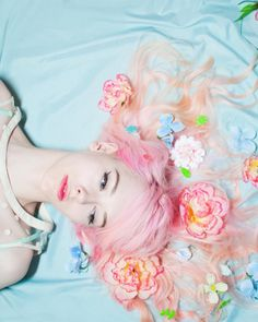 Pretty Pastel Flowers in her Hair. Foto Fantasy, Rosa Pink, Pastel Fashion, Foto Pose, Pretty Pastel, Candy Colors, Pastel Goth, Pastel Colors, Pastel Flowers