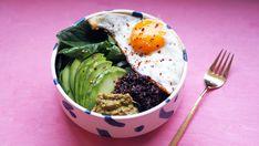Breakfast bowl eller frokostbolle er spådd som en av de mest spennende frokostene i 2016.    Frokosten trenger nemlig ikke alltid å bestå av tørre brødskiver eller knekkebrød. Min favorittfrokost er en frokostbolle bestående av quinoa, noe grønt og et speilegg. Med litt forberedelser går dette unna i en fei, og jeg kan garantere en bedre start på dagen med et met stabilt blodsukker.    Jeg pleier alltid å ha ferdigkokt quinoa i kjøleskapet. Da tar ikke denne oppskriften lenger tid enn det… Egg Recipes, Healthy Recipes, Norwegian Food, Norwegian Recipes, Pesto, Bowls, Food And Drink, Eggs, Vegetarian