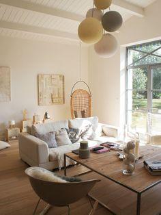 Aménagement d'un salon contemporain de taille moyenne et ouvert avec un mur blanc, aucune cheminée, aucun téléviseur et un sol en bois clair.