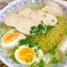 鶏ムネ肉からスープの出汁をとり、それを焼豚の代わりに使いました。 - 7件のもぐもぐ - 胸肉からスープをとった塩ラーメン by zumi31