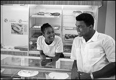 mohamed-ali-saga-Le boxeur flirte avec Belinda Boyd dans une boulangerie de Chicago, en 1966. Ils se marieront le 17 août 1967.