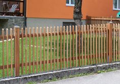 """Dieser Zaun ist unser """"luftigster"""" Zaun und gewährt am meisten Durchsicht. Gleichzeitig wirkt er sehr modern. Das Erscheinungsbild dieses Zaunes hängt stark vom gewählten Lattenabstand ab. Lattenzäune in Oberfläche natur eignen sich besonders als Selbstbausatz für Heimwerker! Bei jedem Modell sind Höhe, Farbe und Lattenabstand frei wählbar!"""