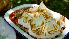 Rabarbra- og jordbærpai med kardemommemarengs Cheat Meal, Camembert Cheese, Sweet Tooth, Deserts, Cooking Recipes, Yummy Food, Lunch, Snacks, Meals