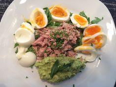 Thunfisch-Eier-Salat auf Rukolasalat mit Avocado-Creme! Sehr lecker und ideal zur schnellen Zubereitung. Top!