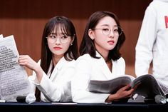 loona chuu and yves Sooyoung, South Korean Girls, Korean Girl Groups, Chuu Loona, Olivia Hye, Twitter, Kpop Girls, Amazing Women, Asian Girl