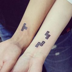 pareja mostrando sus tatuajes de tetris