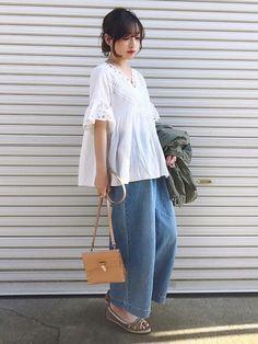ご覧いただきありがとうございます  今日はイッカのバギーパンツです 厚くないので夏まで使えそうです☀️ もちろんハイウエスト  cocaのブラウス、シルエットもデザインも可愛すぎます  Instagram→miyaco.wear Asian Street Style, Casual Outfits, Fashion Outfits, Japanese Style, Street Fashion, People, Pants, How To Wear, Clothes