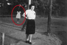 Girl with No Face: Woman Discovers Spine-Chilling Apparition in Old Family Photograph Real Ghost Pictures, Ghost Images, Ghost Photos, Creepy Pictures, Paranormal Pictures, Paranormal Stories, Ghost Caught On Camera, Bigfoot Sightings, Real Ghosts