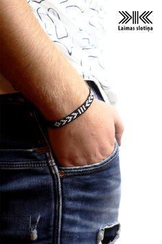 Look good also form men. Bead Loom Bracelets, Bracelet Crafts, Woven Bracelets, Bracelets For Men, Bead Loom Patterns, Bracelet Patterns, Motifs Perler, Beaded Jewelry Designs, Bijoux Diy