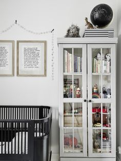 A calm and serene apartment with a neutral palette - Nordic Design Baby Bedroom, Kids Bedroom, Black Crib, Scandinavian Kids Rooms, Scandinavian Interior, Blog Deco, Swedish Style, Neutral Palette, Nursery Room Decor