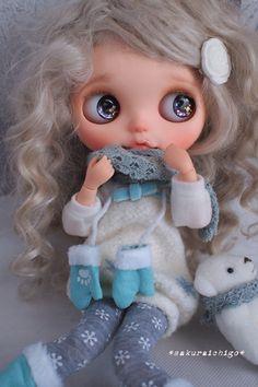お品ものについてご覧いただきましてありがとうございます。ご入札をご検討される方は最後までお読み頂けます様、お願い申し上げます。 † † † カスタム内容 † † † 雪をモチーフにふんわり愛らしい北欧の女の子をイメージしてカスタムしました。 「lumi(ルミ)」はフィンランド語で「雪」を意味します。 どうぞお傍で可愛がって頂けますように…。 ベースドールは新品の「ヴァーシティ・ディーン」です。 ピュアニーモ フレクション フル可動 Sタイプに変更しております。 首は左右に向きを変える事が出来ます。 ...