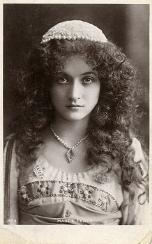 Beautiful Portraits of Maude Fealy-American stage and silent film actress who survived into the talkie era Vintage Gypsy, Vintage Beauty, Vintage Curls, Vintage Pictures, Vintage Images, Gypsy Life, Silent Film, Vintage Photographs, Belle Photo