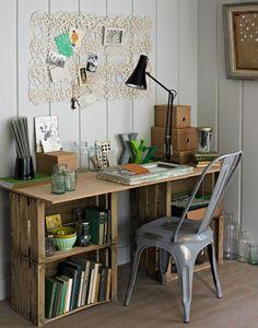 Uma escrivaninha feita com caixotes e tampo de madeira simples e cheia de charme ♡