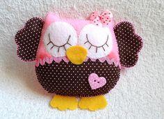 Linda coruja em feltro e tecido. Pode ser usada como chaveiro, pingente ou sachê.  Pode ser confeccionada em qualquer cor.