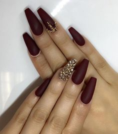 21 Stunning Burgundy Nails Designs That will Conquer Your Heart - Ongles 03 Gold Nail Art, Gold Nails, Fun Nails, Gold Art, Gold Glitter, Glitter Nails, Burgundy Acrylic Nails, Burgundy Nail Designs, Maroon Nails Burgundy